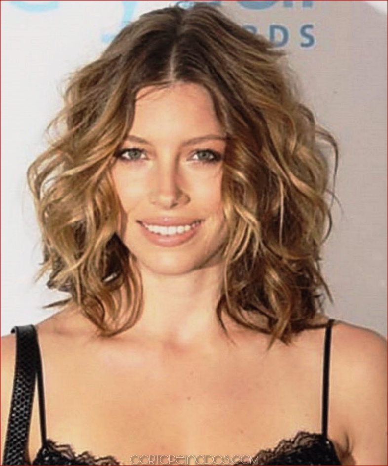 Los 25 peinados ondulados medianos más atractivos para mujeres