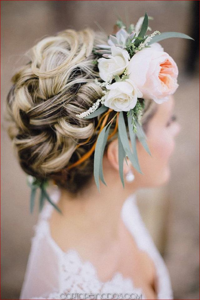 30 elegantes y elegantes peinados de boda con flores